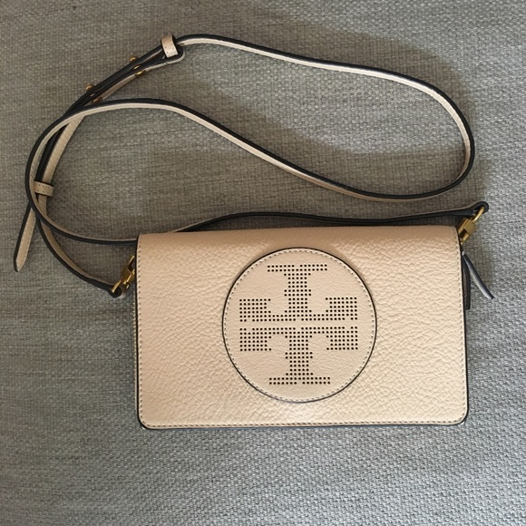 3b5e6f15bc1d Tory Burch perforated logo flat wallet crossbody
